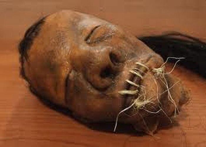 Ужасные амулеты, сделанные из голов (2 фото)