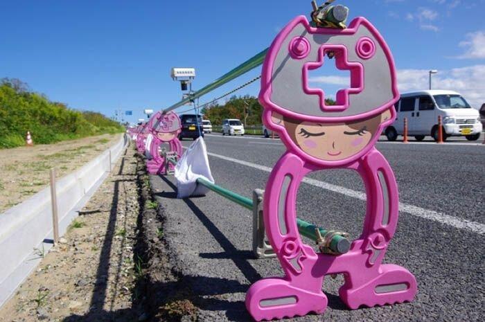 Японские дорожные аниме-ограждения (22 фото)
