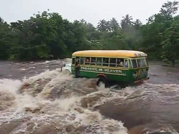 Автобус с людьми унесло в реку (2 видео)