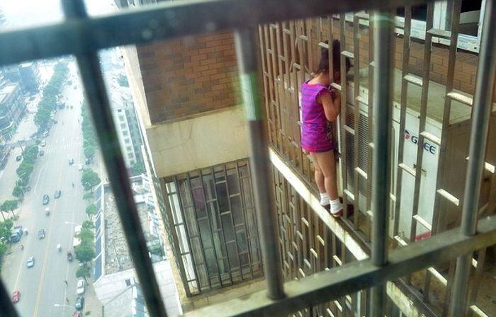 Девочка застряла головой в решетке на высоте 70 метров (6 фото)