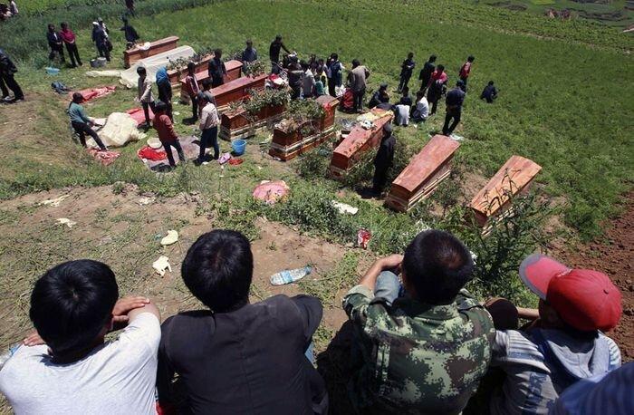 Землетрясения, оползни и наводнения в Китае (11 фото)