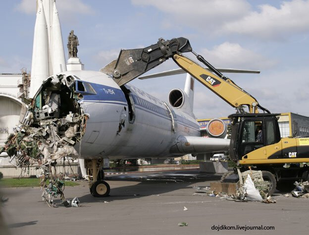 Демонтаж Ту-154 на площади Промышленности ВВЦ (46 фото + 2 видео)