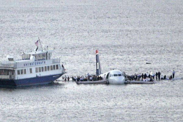 Самолет столкнулся с гусями и рухнул в реку (25 фото)