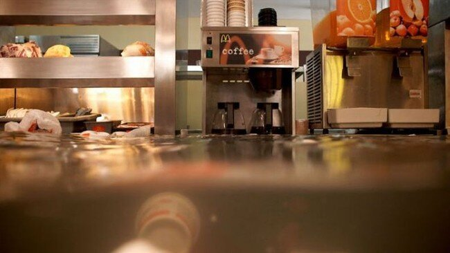 МакДональдс затопило (10 фото)