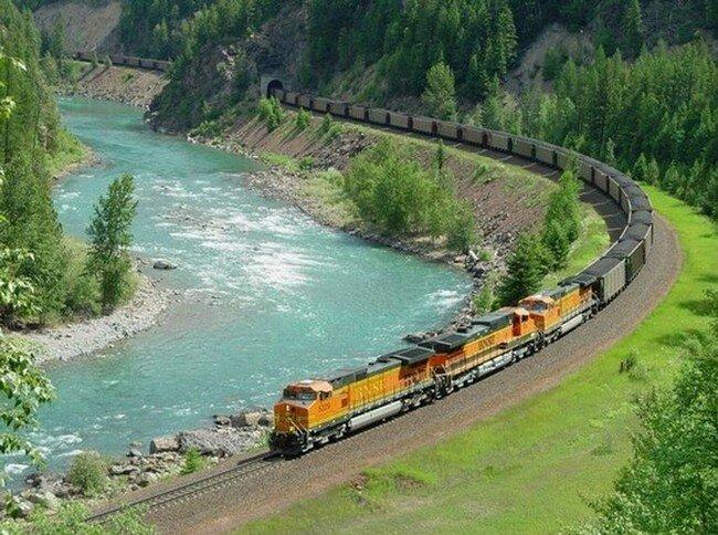 Кадиллак столкнулся с поездом (2 фото)