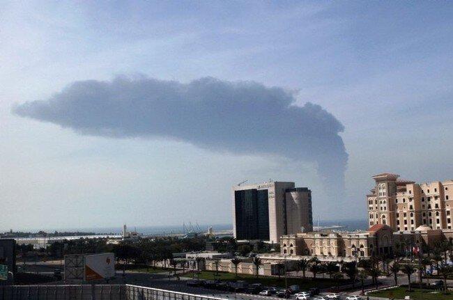 Cтолкновение танкера и контейнеровоза около Дубаи (5 фото)