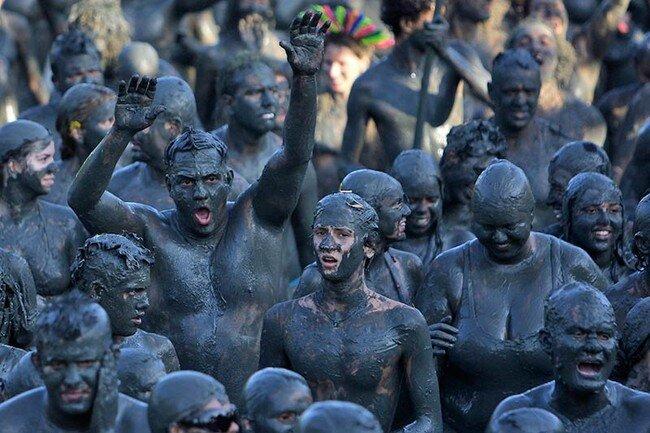 Бразильцы грязи не боятся (18 фото)