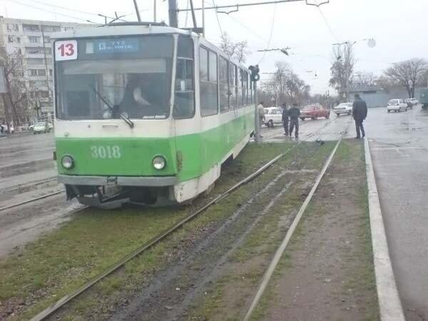 Трамваи рвутся на свободу (4 фото)