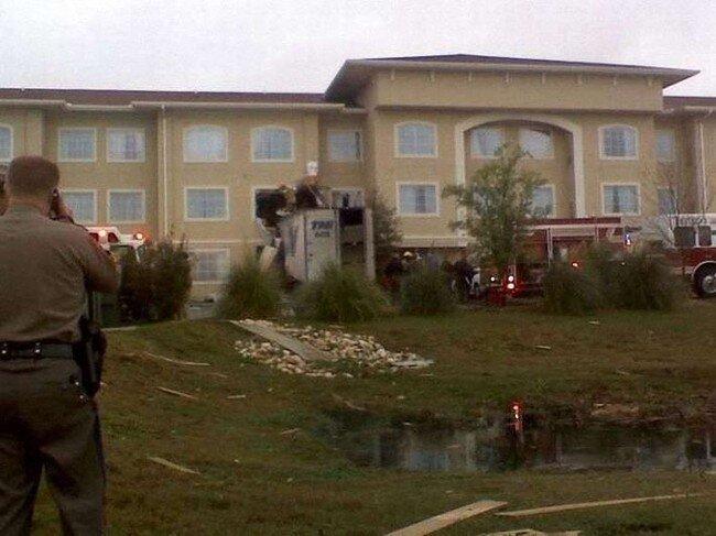 В отель въехал грузовик (7 фото)