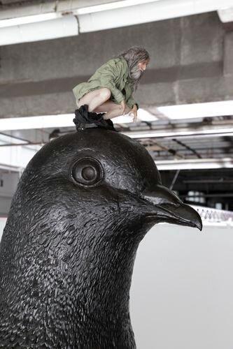 Странная скульптурная композиция (3 фото)