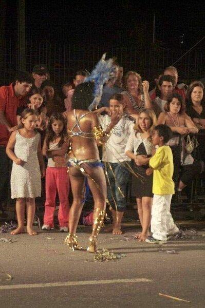 Участница карнавала перебрала (6 фото)