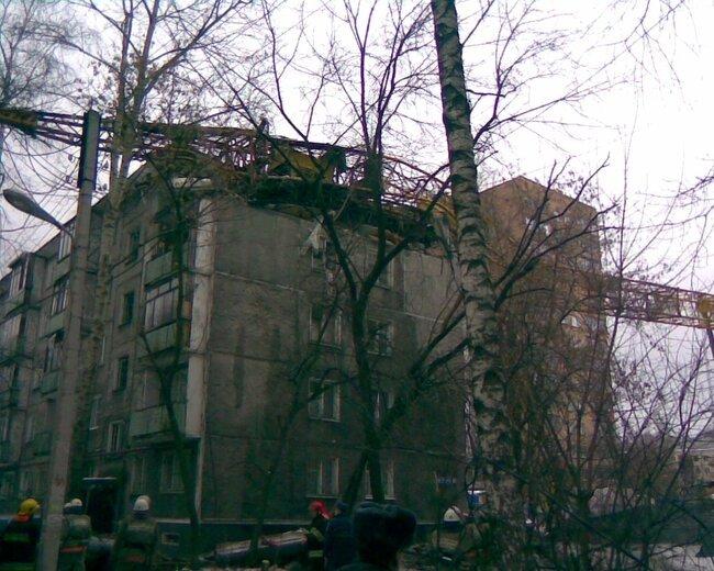 Подъемный кран разрушил жилое здание (2 фото)