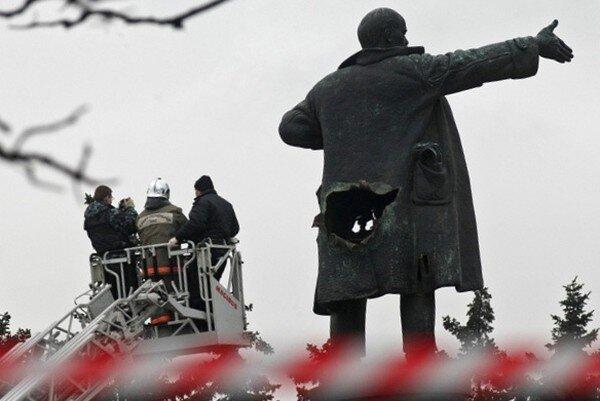 В Санкт-Петербурге подорвали памятник Ленину (7 фото)