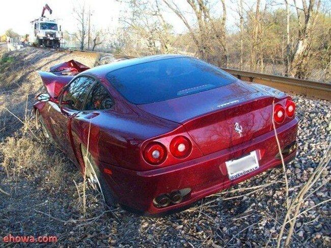 Ferrari столкнулась с поездом (8 фото)