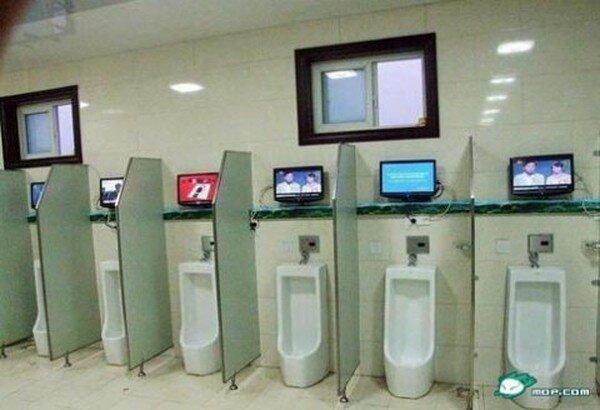 Телевизор в туалете (4 фото)