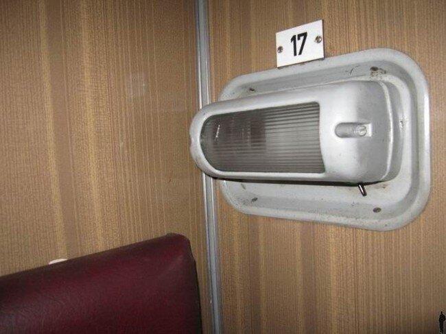 Заряжаем ноутбук в поезде (4 фото)