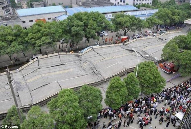 В Китае рухнула автострада (14 фото)