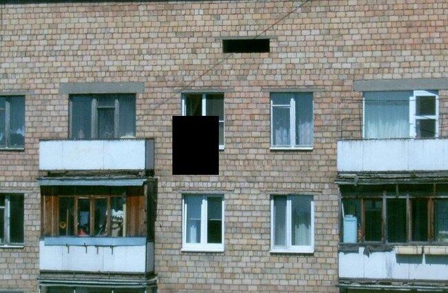 Девушка на окне (2 фото)