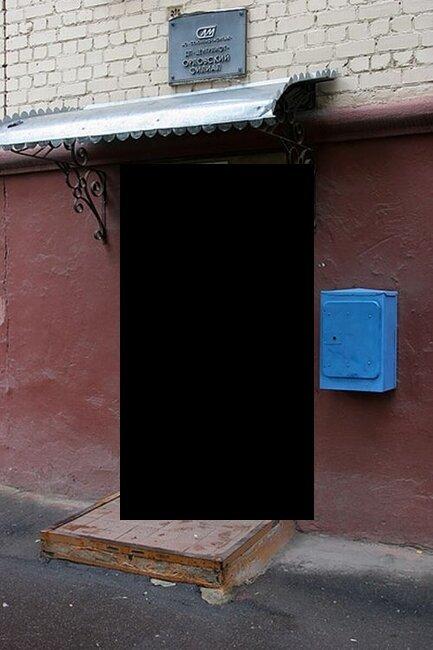 Очень странная дверь (2 фото)