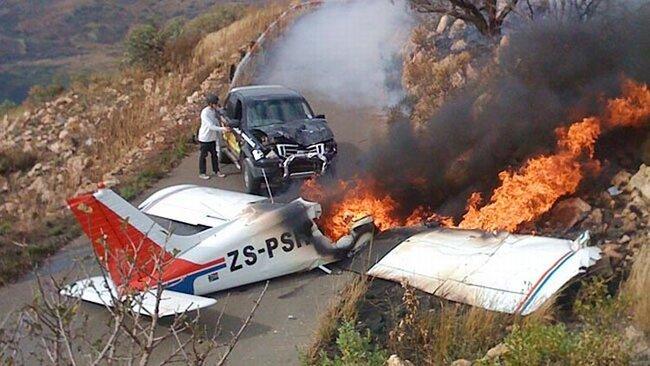 Самолет упал на джип (6 фото)