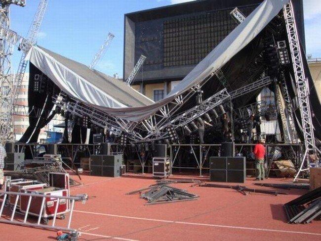 Рок-концерт года отменили из-за рухнувшей сцены (9 фото)