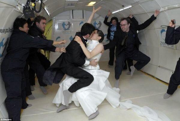 Первая свадьба в невесомости (2 фото)