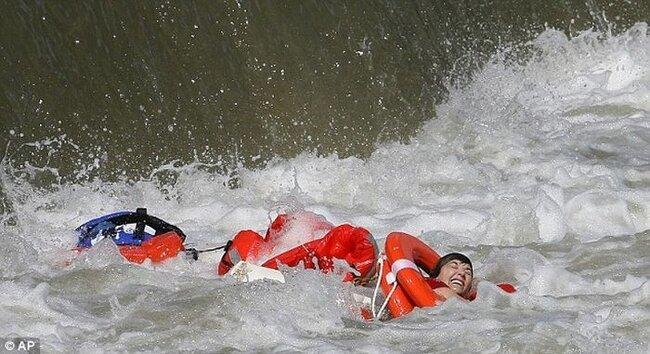 Женщина спаслась чудом (7 фото)