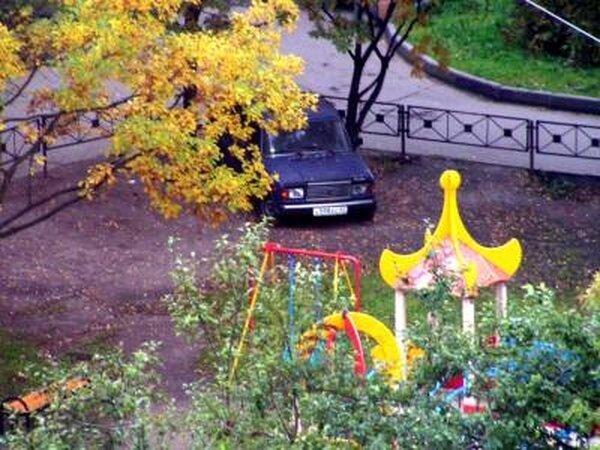 Не паркуйтесь на детских площадках (2 фото)