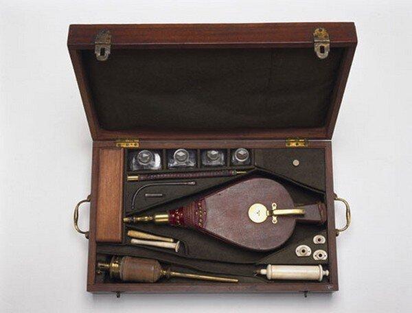 Медицинские инструменты прошлого (13 фото)