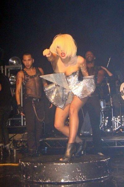 Леди Гага отжигает на концерте (36 фото)