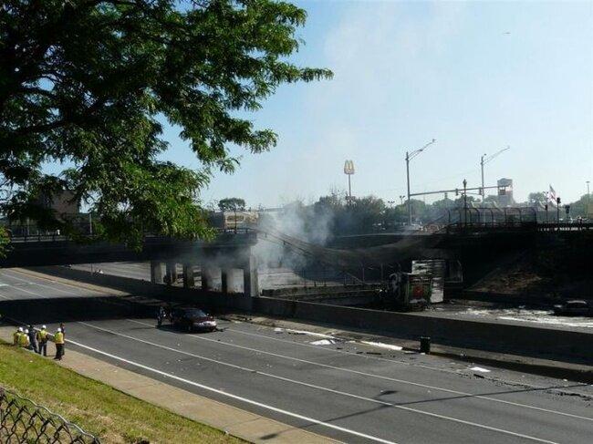 В Детройте обрушился мост (42 фото)