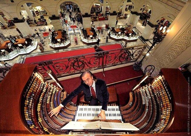 Самый большой орган в торговом центре (4 фото)