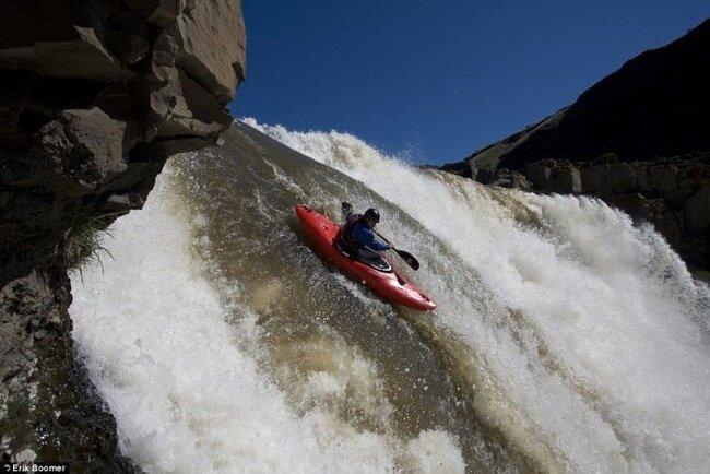 Скоростной спуск с водопада на каноэ (3 фото)