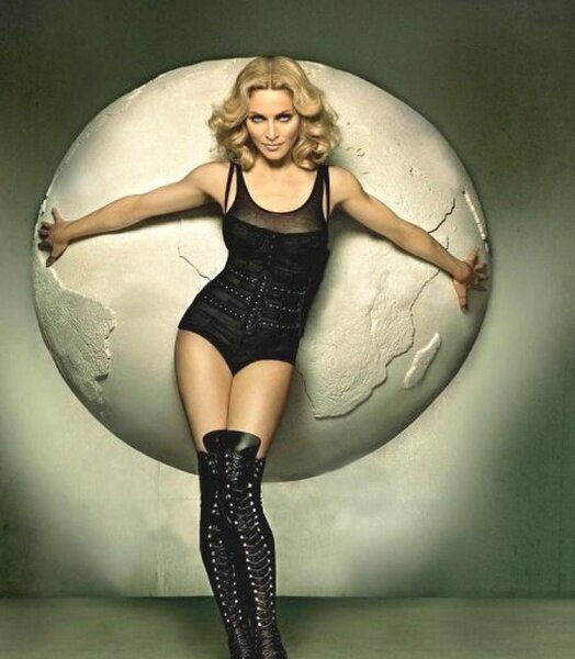 С Мадонной что-то случилось (2 фото)