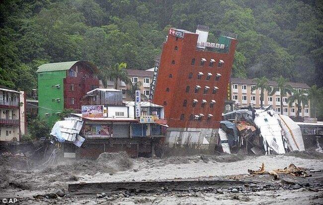 В Тайване из-за тайфуна рухнула гостиница (7 фото)