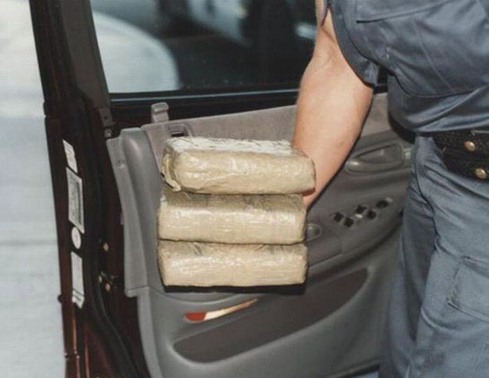 Как люди умудряются прятать наркотики (14 фото)