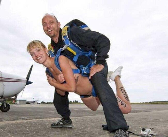 Стриптизерша совершила прыжок с парашютом (6 фото)