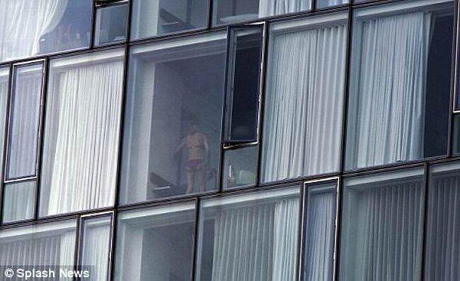 Окно без Занавесок (2 фото)