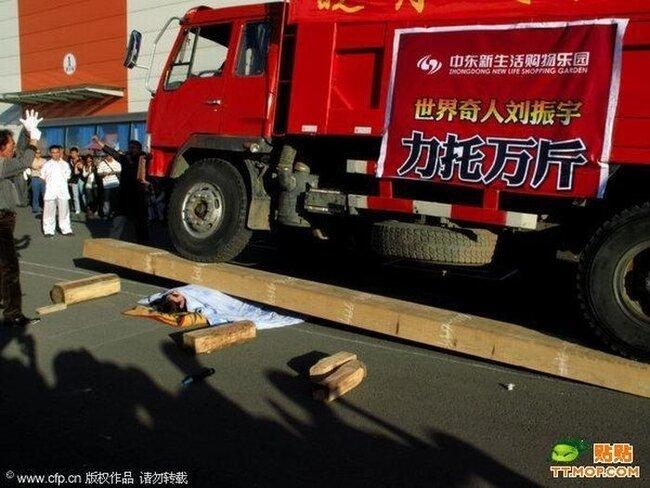 В Китае устроили шоу на открытие нового торгового центра (4 фото)