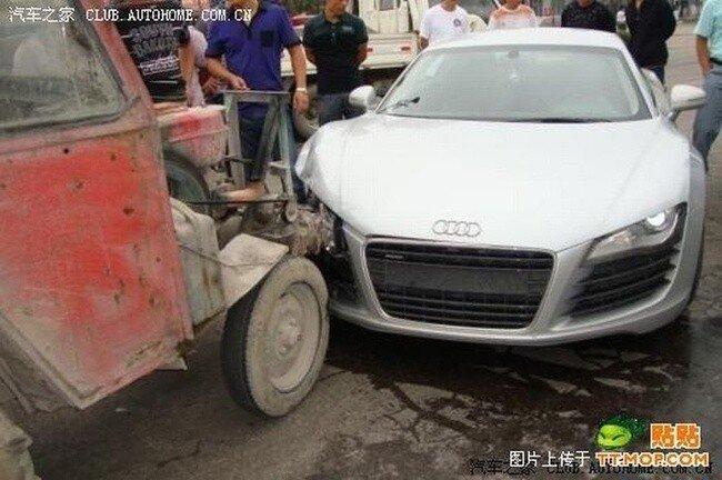 Audi R8 против Трактора (7 фото)
