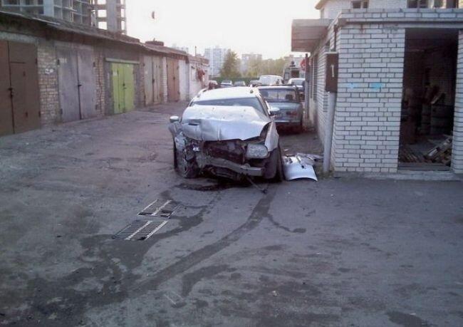 Кто прочнее? Chrysler 300c или Стена? (3 фото)