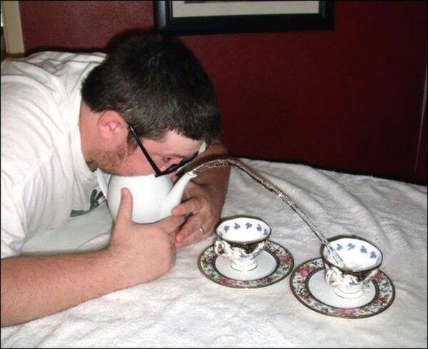 соревнования по выдуванию воды из чайника (16 фото)