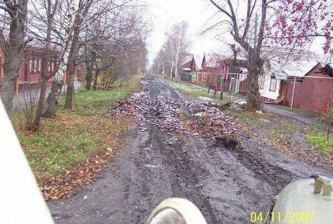 Дорога, сделанная из магазинов AK-47 (7 фото)
