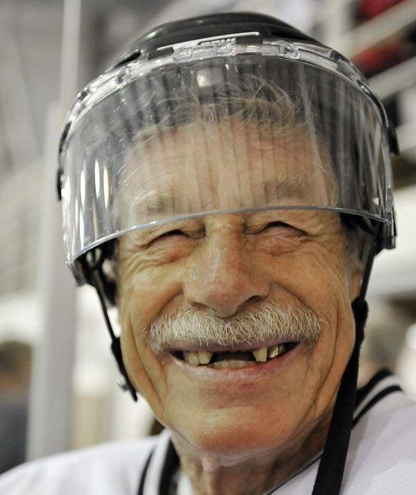 80 летние дедки играют в хокей (8 фото)