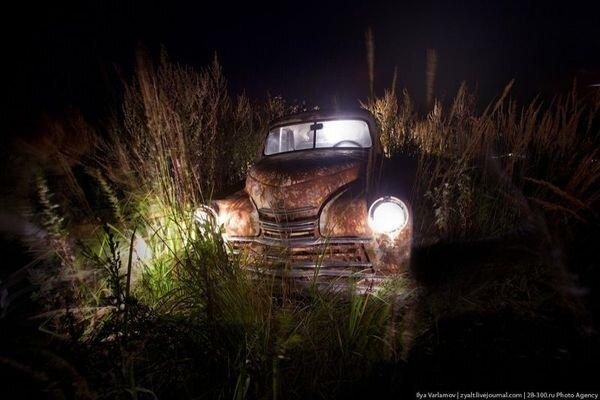Старинные машины подсвечены и сфотканы (13 фото)