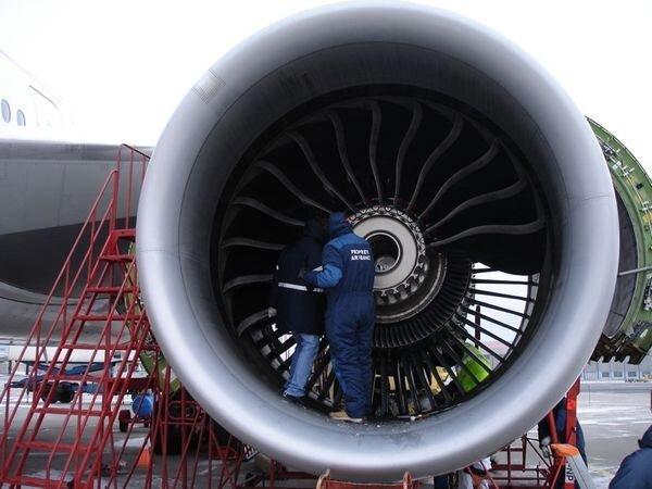 Как снимают двиган с самолёта (5 фото)