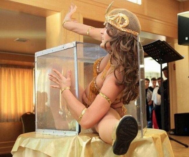 Женщина в ящике (7 фото)