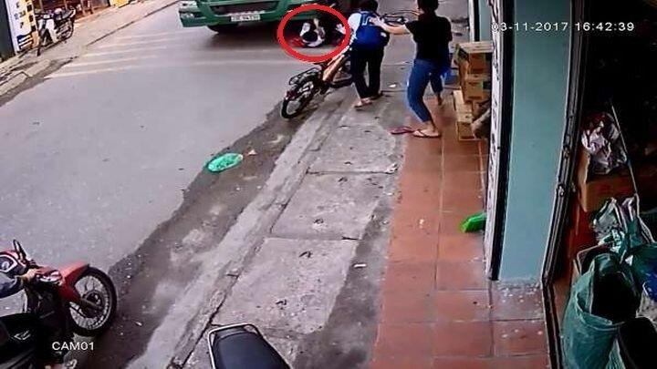 Школьник чудом остался жив, упав с велосипеда под колеса тягача