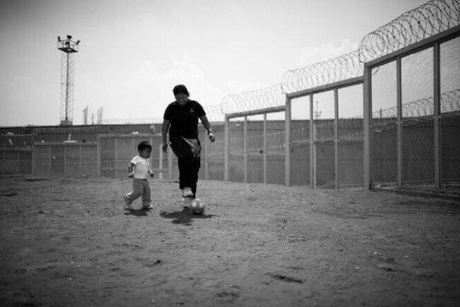 Дети за решеткой (11 фото)