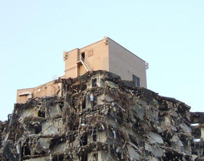 Непонятный снос здания (3 фото)